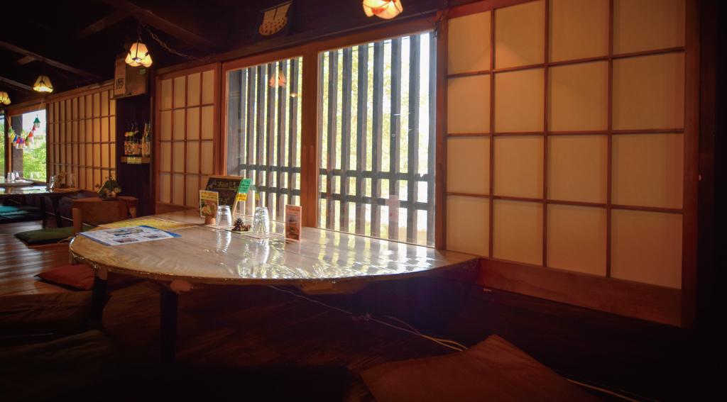 酒蔵櫂の窓際の席
