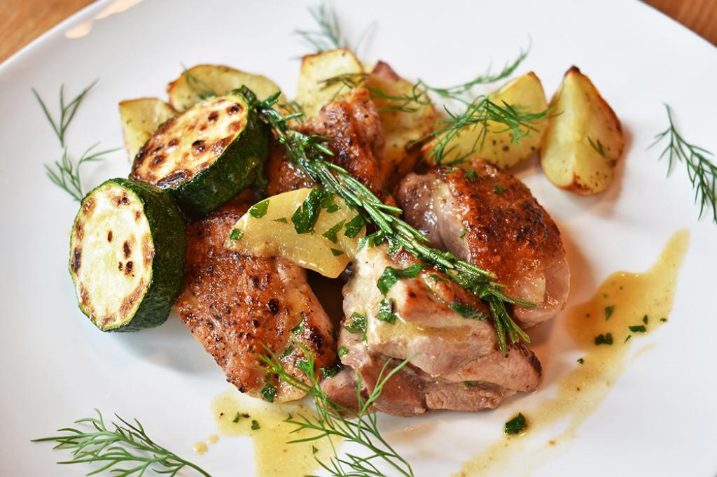 パスタと肴 MoRimoToの八ヶ岳名水地鶏とじゃがいものロースト白ワインソース