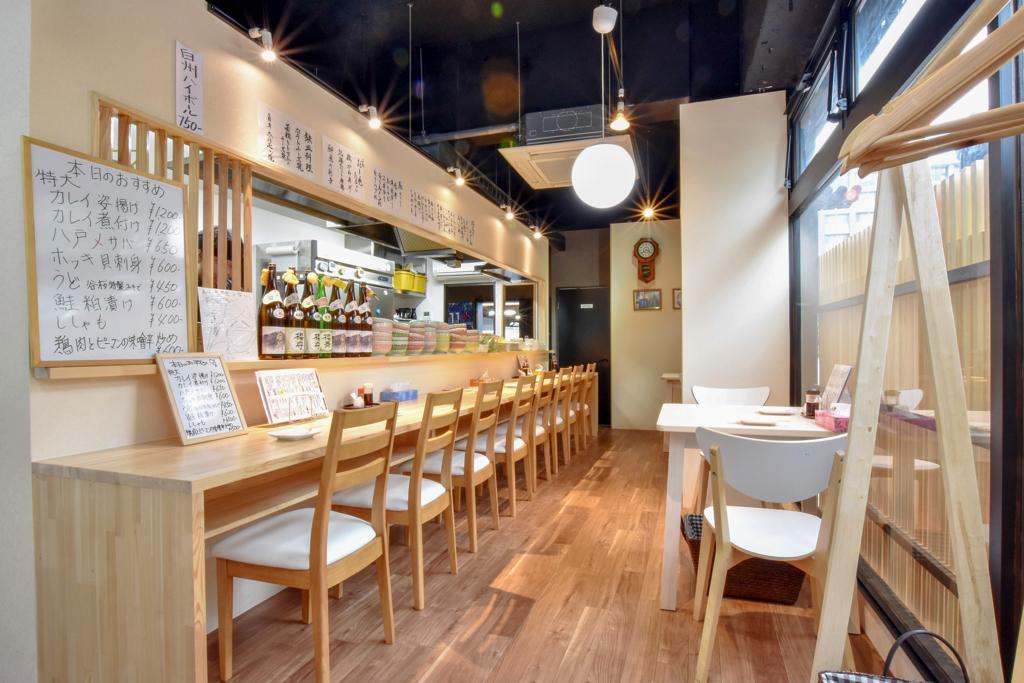 蔵元居酒屋 谷桜のカウンター席とテーブル席