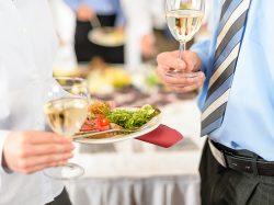 ビジネスシーンで気を付けたい、立食パーティーのマナー