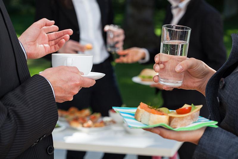 ビジネス関係の立食パーティーのマナー2