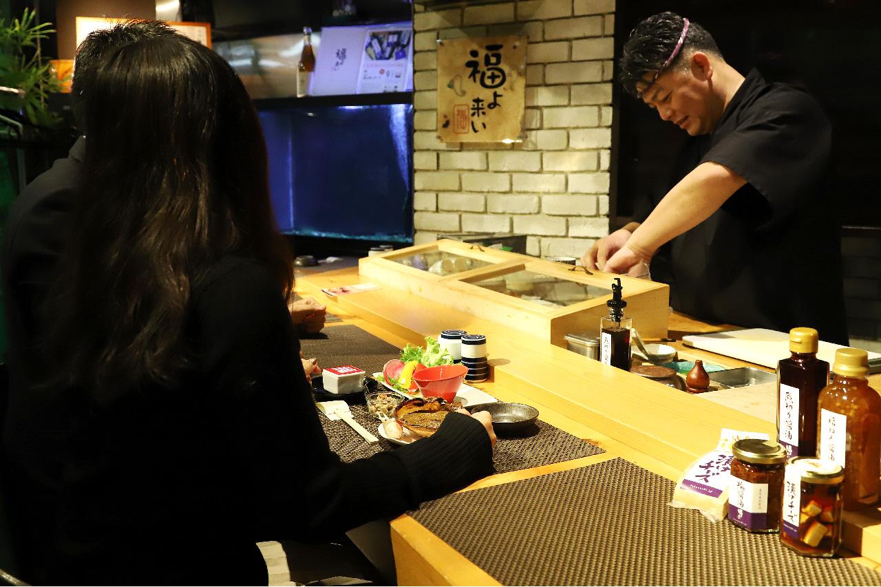 福寿司のカウンターと料理