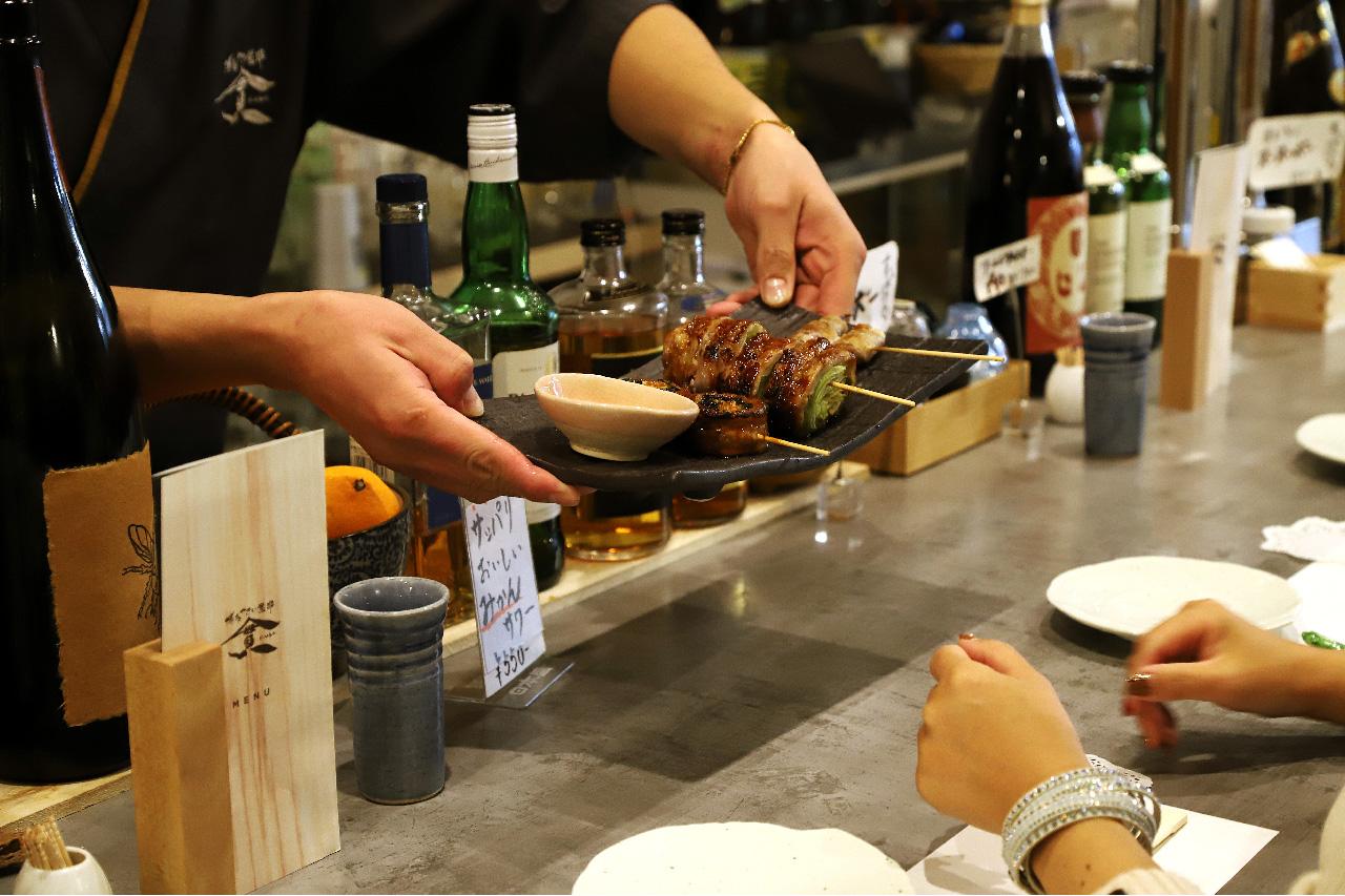 博多やさい巻串カンヤのカウンターと料理