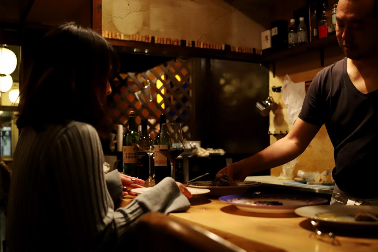 ジビエ&ワイン ブラッスリー山梨のカウンターと料理