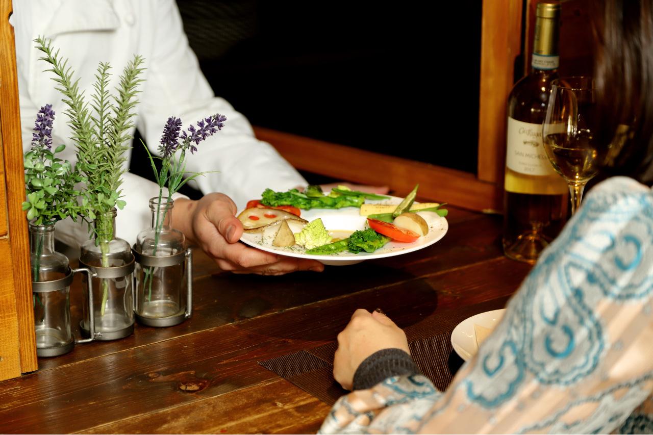 モンドエレトリコのカウンターと料理