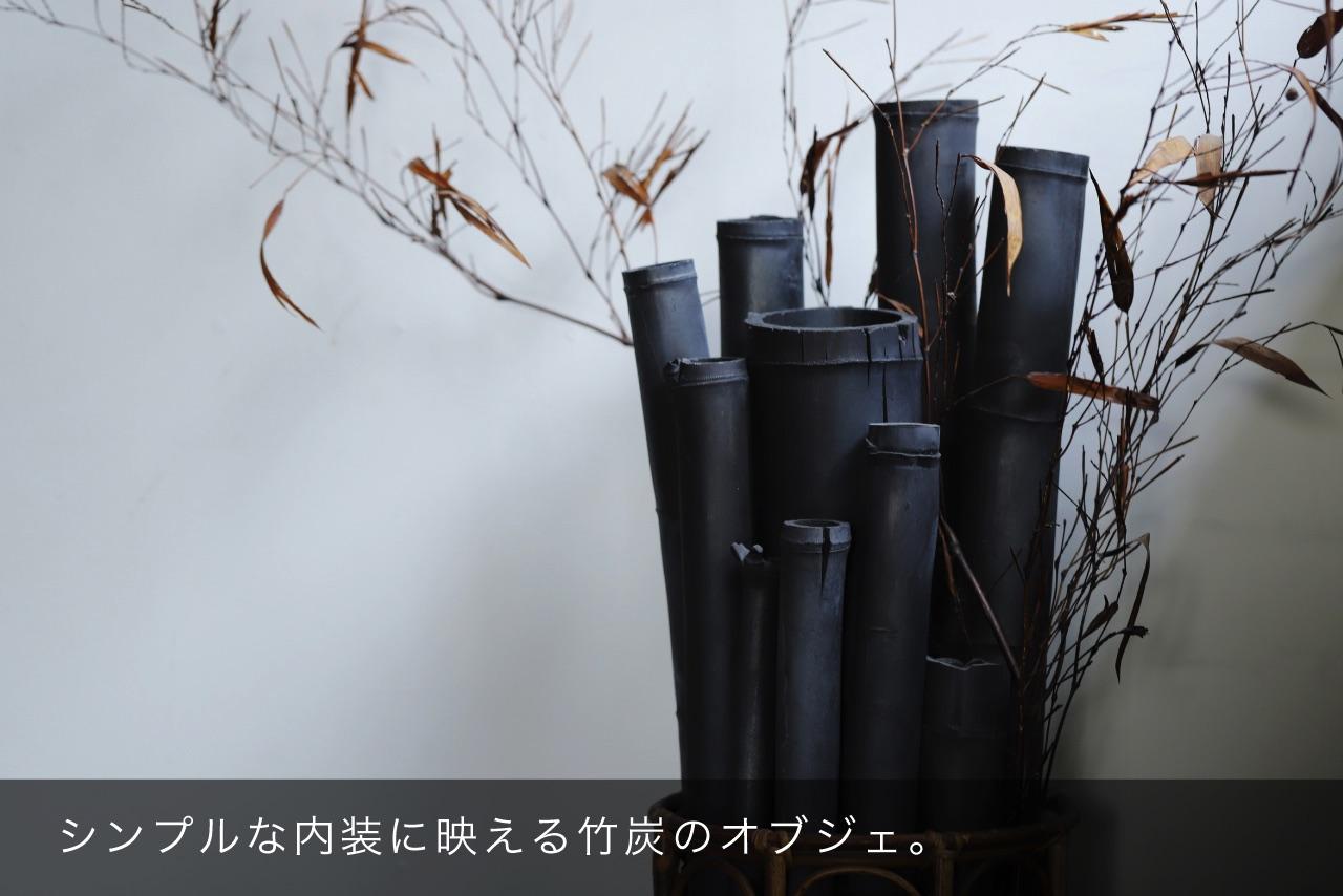 シンプルな内装に映える竹炭のオブジェ。