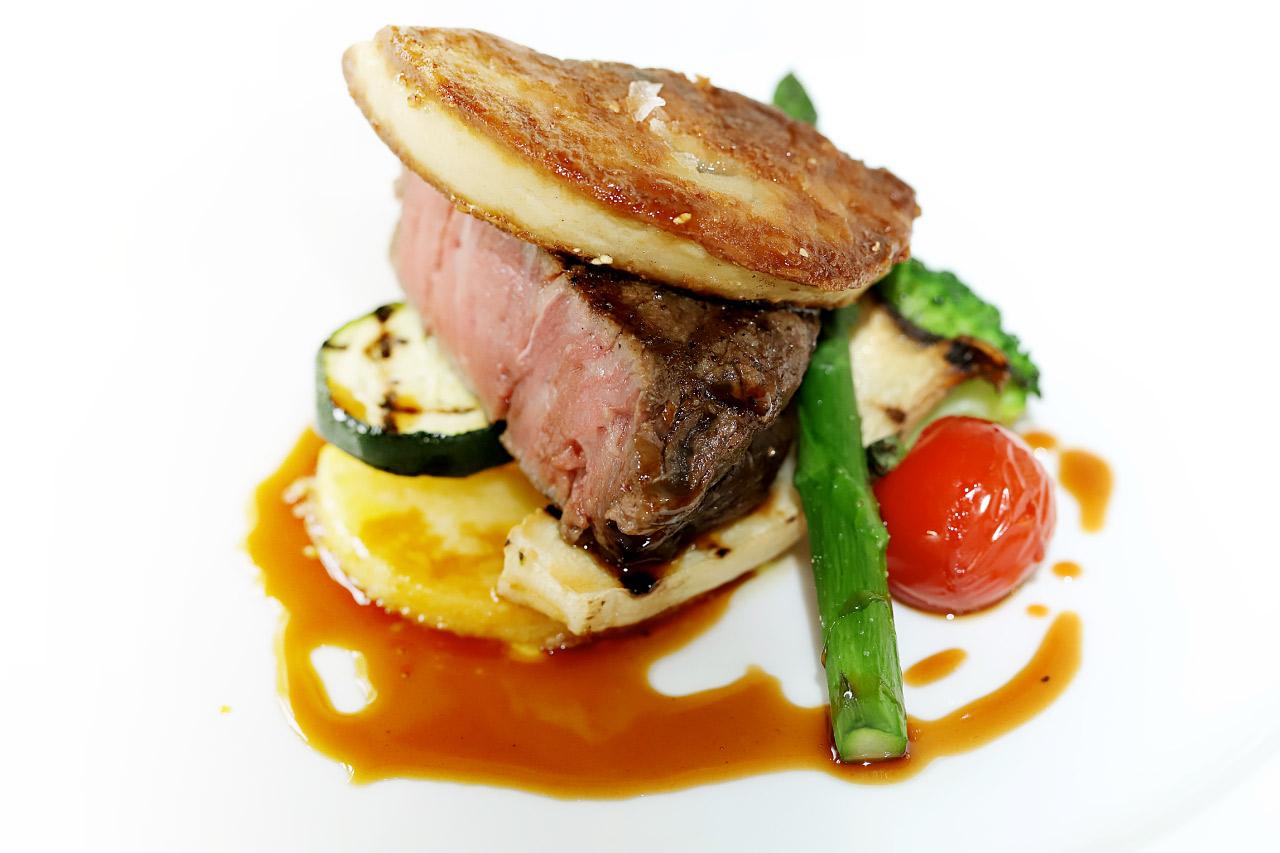 甲州牛フィレのステーキに大きなフォアグラをのせた肉料理