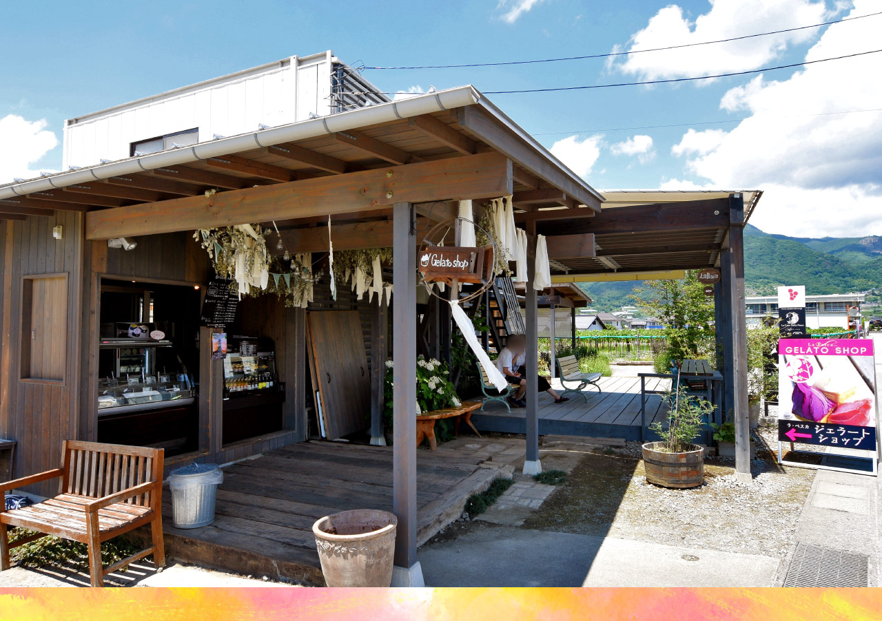 桃農家café ラ・ペスカの外観と内観