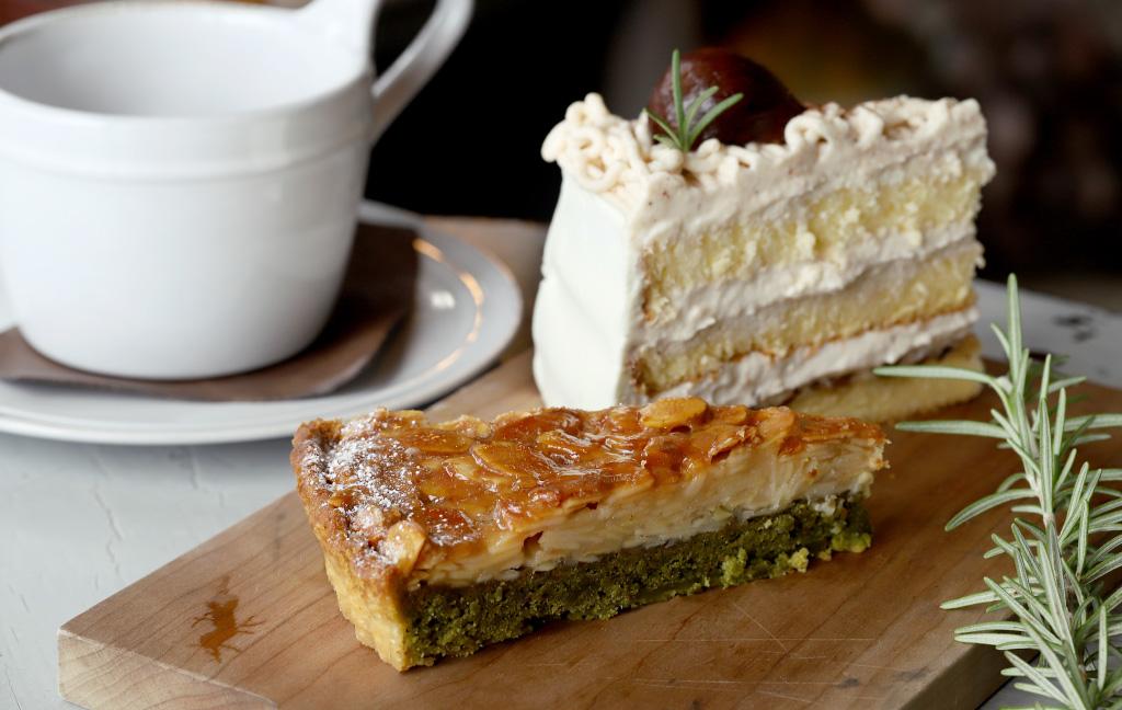 Cafe Troisieme Marche(カフェトロワズィエムマルシェ)のケーキ「フロランタンタルト」「渋皮栗のマロンケーキ」