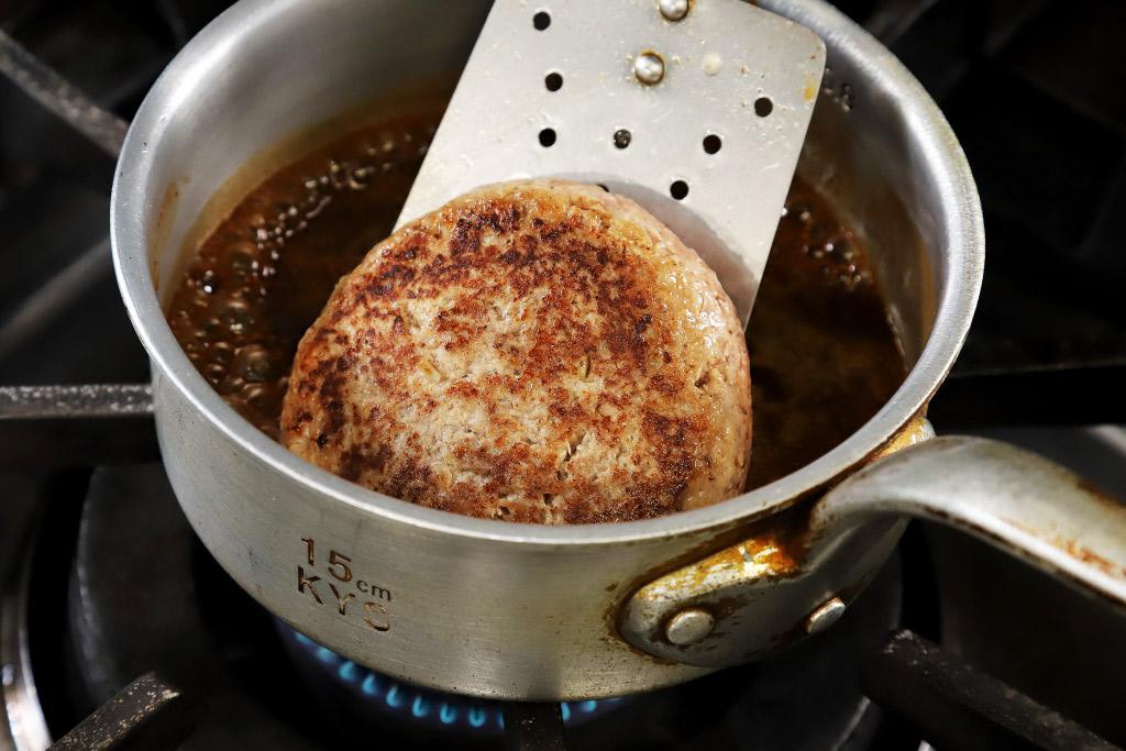 ポーズ カフェレストランNANBA(ナンバ)のハンバーグ手作りの様子