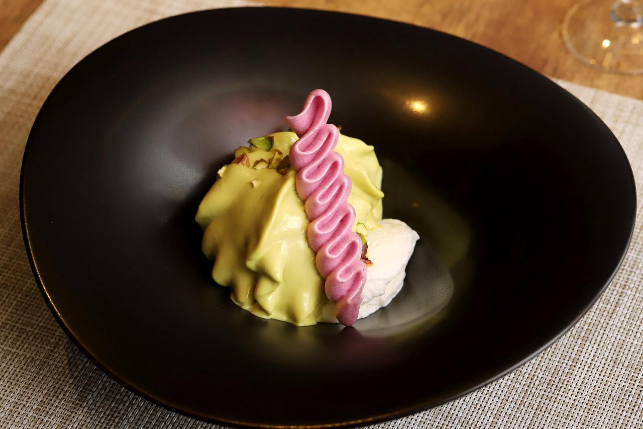 レストラン ラクールのデザート ピスタチオのエスプーマ フランボワーズのメレンゲ添え1