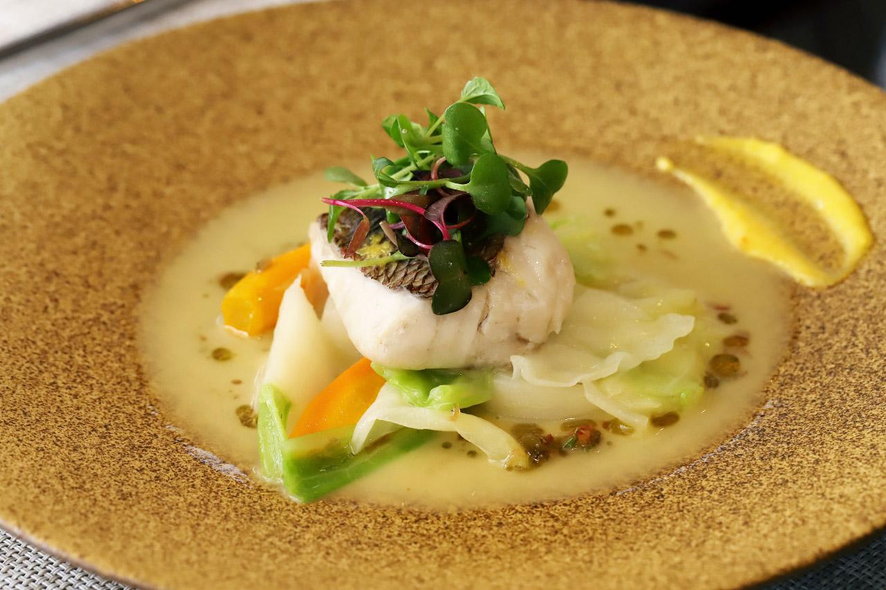 レストラン ラクールの魚料理 天然真鯛のミキュイ